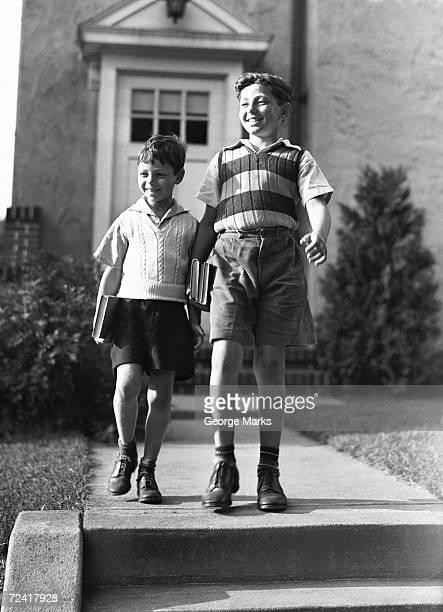 Deux frères (6, 7, 10 et 11) sur le chemin de l'école (B & W),