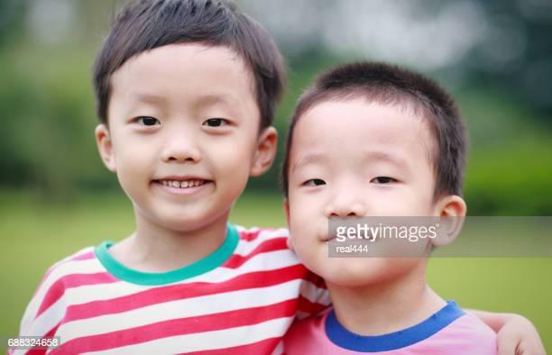 Twee broers spelen in het park