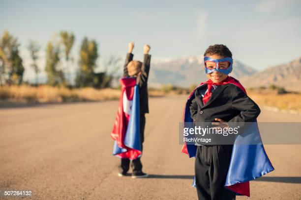 Zwei Business-Jungen gekleidet in Superhelden Kostüme