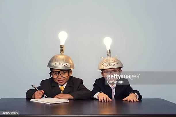Deux garçons d'affaires portant éclairée penser casquettes