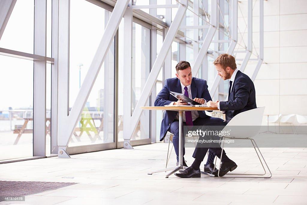 Deux collègues de travail à la réunion dans le bureau moderne
