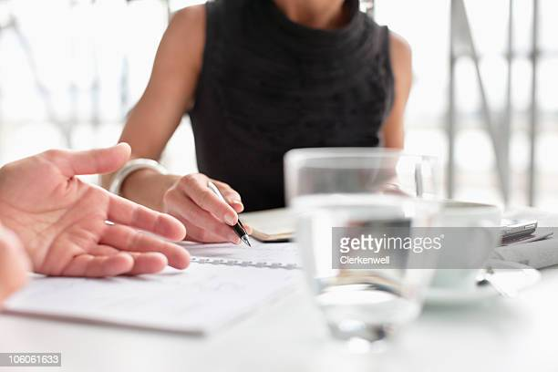 Zwei business Führungskräfte, die Papierkram