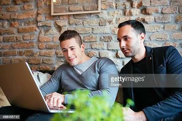 Zwei Geschäftspartner die Inbetriebnahme Beschreibung von Projekt auf laptop