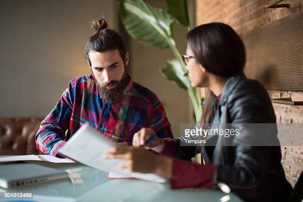 Deux hommes d'affaires lors d'une réunion.