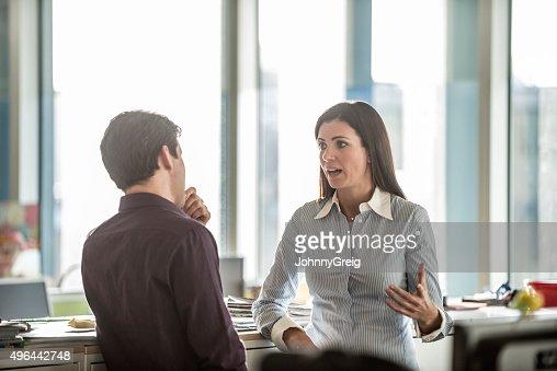 Zwei Geschäftsleute, die seriöse Diskussion im modernen Büro