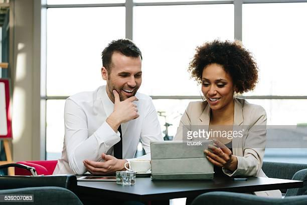 Zwei Geschäftsleute mit digitalen tablet im Büro