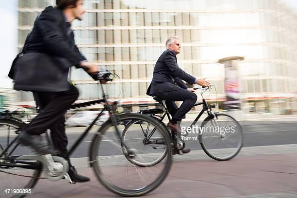 Zwei Geschäftsleute Pendeln auf Fahrrädern