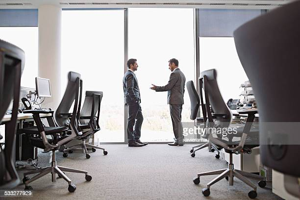 Deux hommes d'affaires discuter de travail