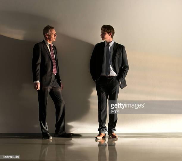 Deux hommes d'affaires dans le couloir