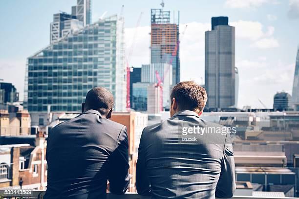 Zwei Geschäftsleute, die auf der Stadt-scape
