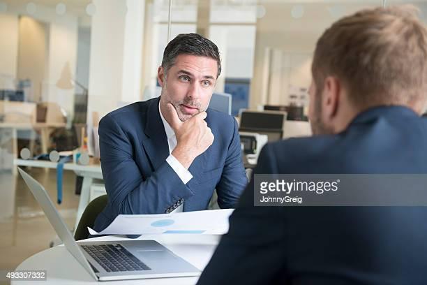 Dos empresarios con reunión en la oficina moderna con capacidad para computadora portátil