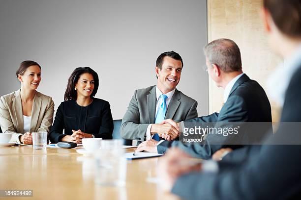 2 つのビジネスマンに手を振る、コンファレンスルーム