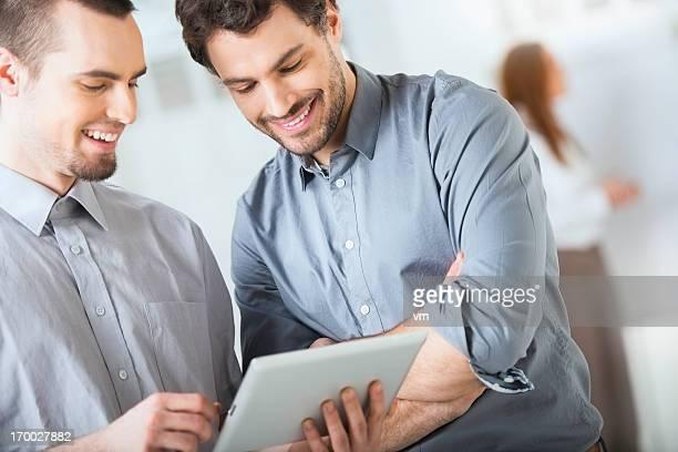 Zwei Geschäftsleute mit digitalen tablet