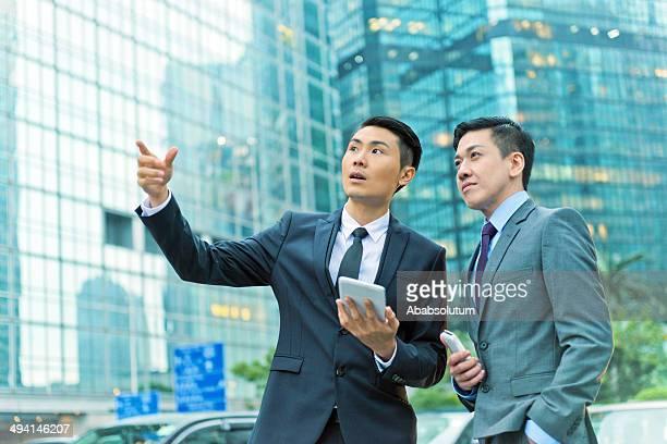 Zwei Geschäftsleute mit mobilen Gerät, Hong Kong,