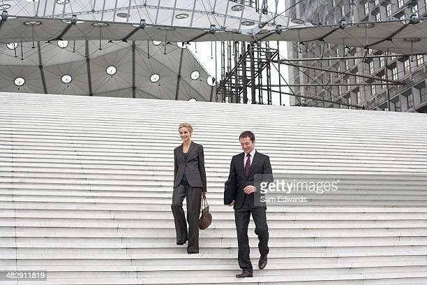 Deux hommes d'affaires en plein air de descendre de l'escalier