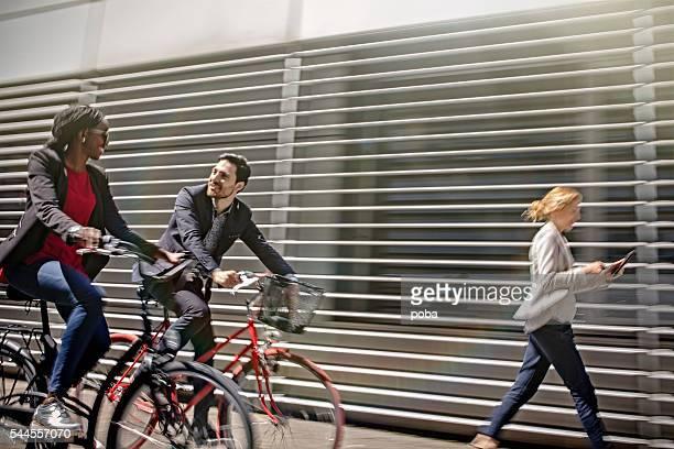 Deux hommes et femmes d'affaires équitation vélos