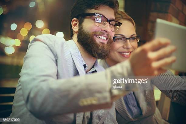 Deux hommes d'affaires prenant selfie.