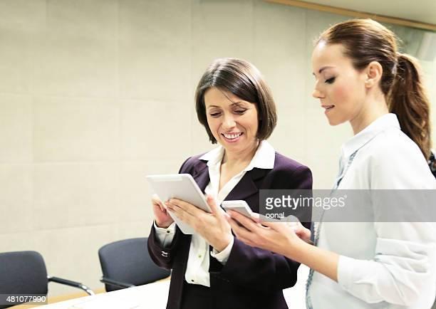 Zwei Geschäftsfrau Arbeiten auf mobilen Geräten