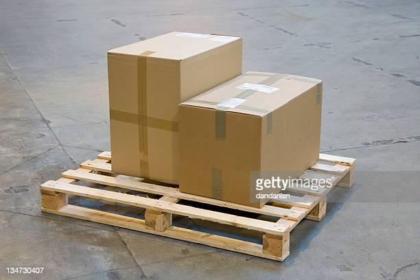 Due scatole di cartone su un pallet