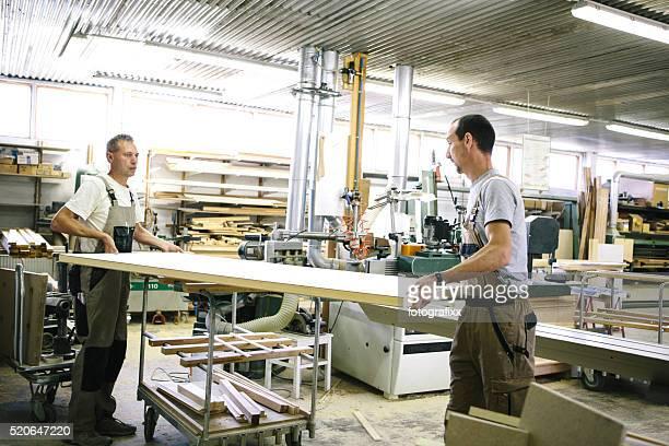 Dois carpinteiro trabalhando em conjunto