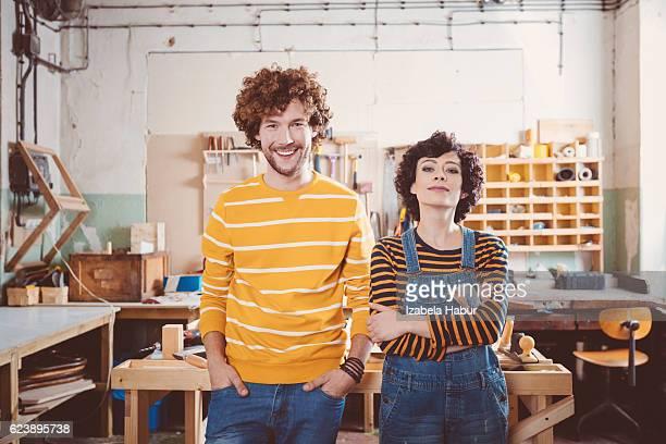 Deux carpenters'dans un atelier de construction