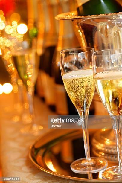 Zwei Champagner-Gläser in Urlaub Ort