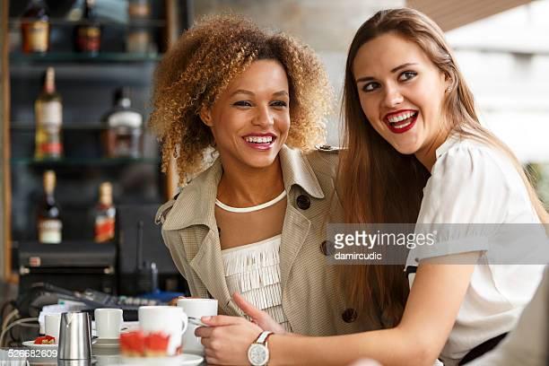 Zwei fröhlich Freunde haben Spaß an der bar