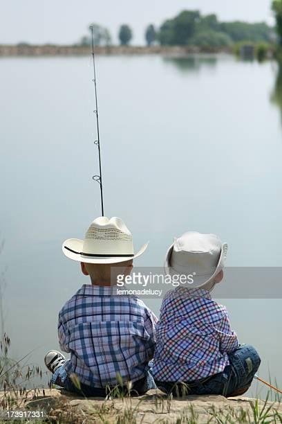 Deux enfants de pêche ensemble