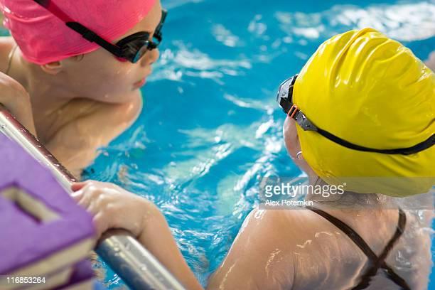 Zwei Kinder im Swimmingpool