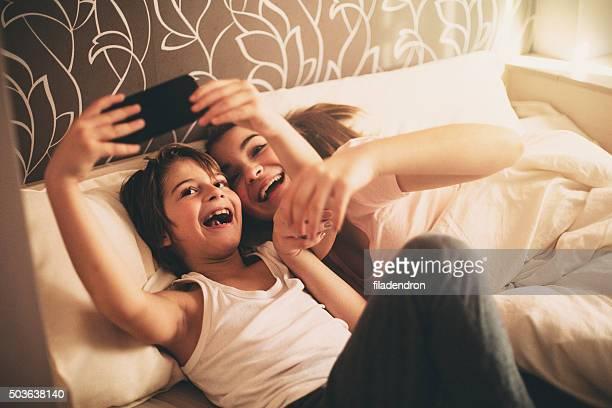 Deux enfants prenant selfie à l'aide de gadgets