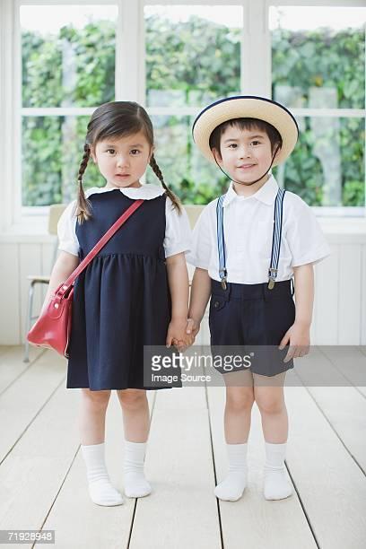 お子様を着ている学生服