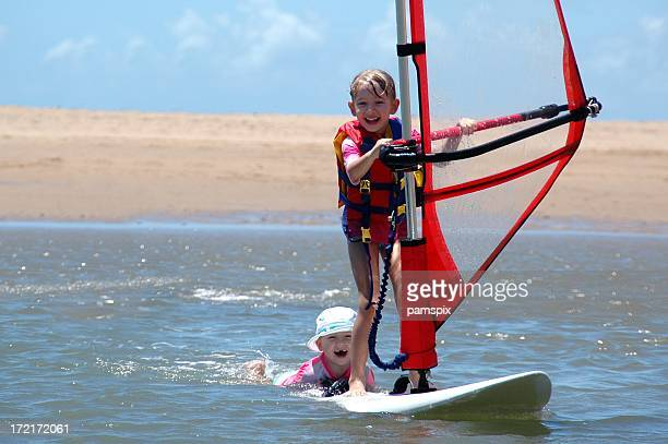 Due bambini windsurf e Divertimento
