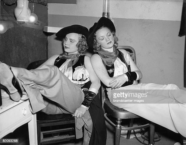 Two chorus girls USA Photograph Around 1935 [Zwei Revuetnzerinnen USA Photographie Um 1935]