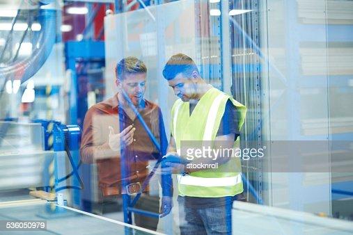 Deux collègues d'usine à l'aide de Tablette numérique