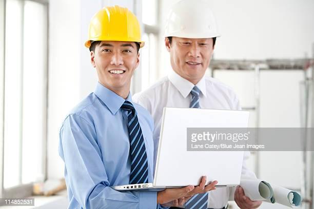Deux collègues travaillant ensemble