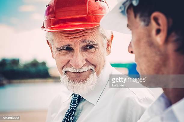Discuter de deux travailleurs de Construction