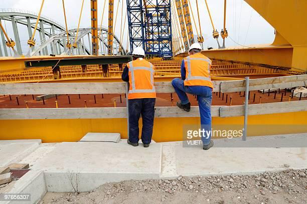 Deux travailleurs de construction