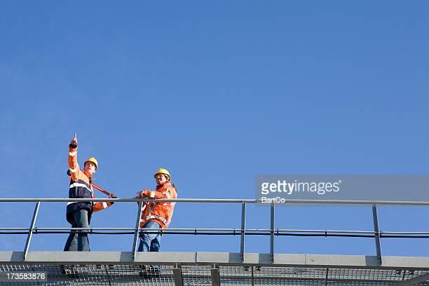 Deux constructionworkers sur un pont