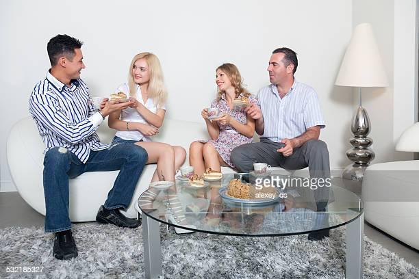 Due coppie di teaparty in soggiorno