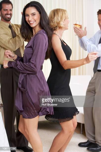Zwei Paare Tanzen zusammen auf party