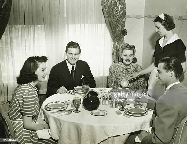 Zwei Paare, Abendessen, maid Rühren Suppe, (B & W