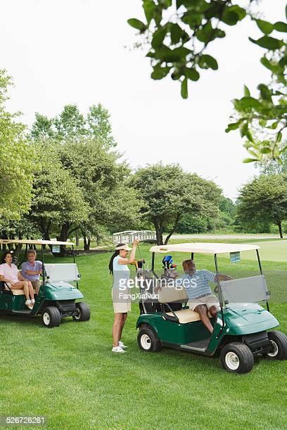 Zwei Paare im golf-auf den Golfplatz