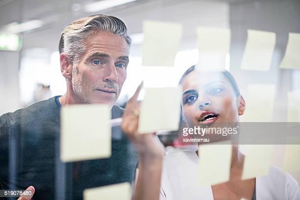Zwei kreative Menschen arbeiten auf neue Ideen