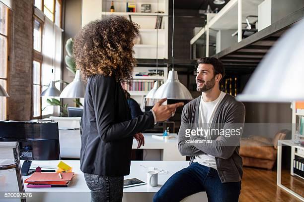 Zwei kreativen sprechen im Büro