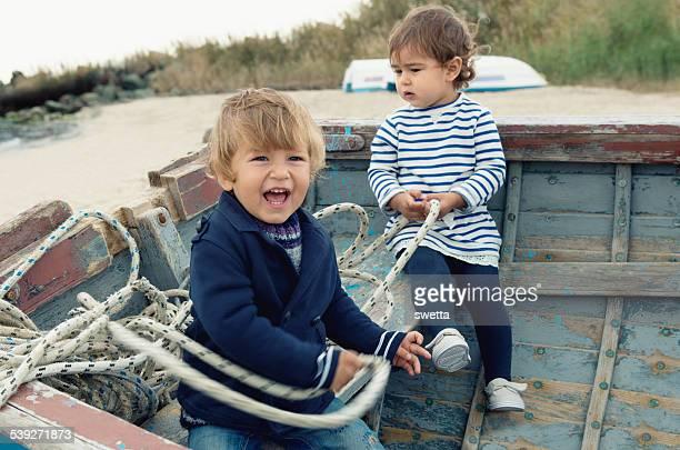 Deux adorables enfants jouant dans le bateau