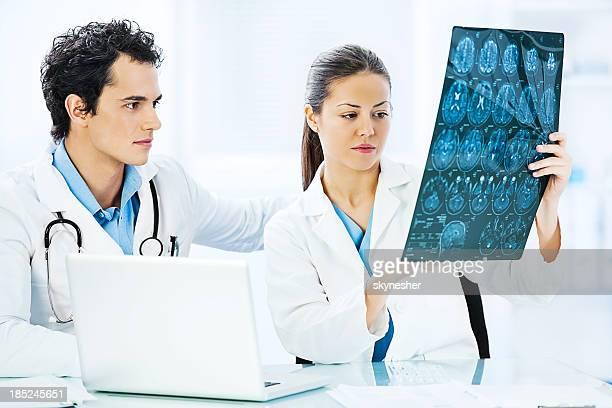 2 つの医師、脳の x 線。