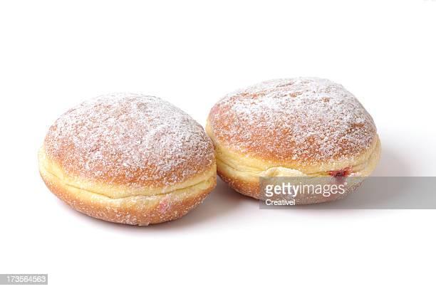 Zwei Kuchen, Marmelade und Puderzucker, isoliert auf weiss