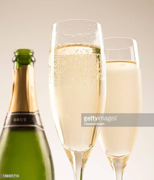 Deux élégantes verres de champagne frappé