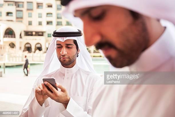 2 首長国連邦ビジネス男性携帯電話上にテキスト メッセージ