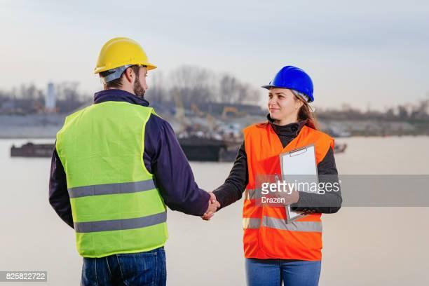 貨物船のドックで一緒に働く 2 つの従業員